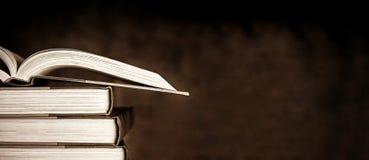 Weinlese-Bücher über dunklem Schmutz-Hintergrund Stockbilder
