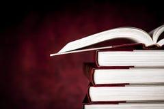 Weinlese-Bücher über rotem Schmutz-Hintergrund Stockfotografie