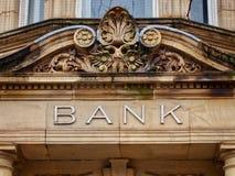 Weinlese-Bank-Zeichen mit geschnitztem Steinportal stockfoto