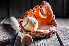 Weinlese-Baseball in einem Lederhandschuh Stockfotografie