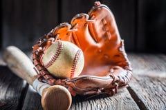 Weinlese-Baseball in einem Lederhandschuh Stockbild