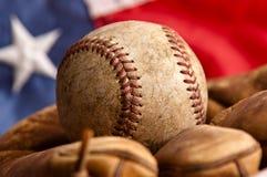 Weinlese-Baseball, Handschuh und amerikanische Flagge Stockfotografie
