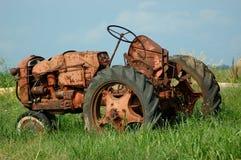 Weinlese-Bauernhof-Traktor Stockfoto