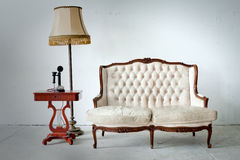 Weinlese-Bett-Sofa im weißen Raum Lizenzfreies Stockfoto