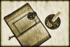 Weinlese-Bibel und Kerze Lizenzfreie Stockbilder