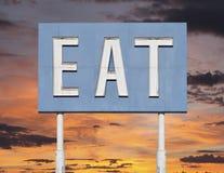 Weinlese-Blau isst Zeichen mit Sonnenuntergang Lizenzfreies Stockfoto