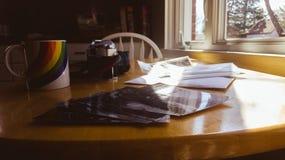 Weinlese-Blick-Foto-Drucke auf einem Küchentisch ziehen gerade sich vom Labor zurück lizenzfreie stockfotos
