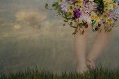 Weinlese, Blumenstrauß mit Babyfüßen Stockfoto