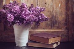 Weinlese-Blumenstrauß von lila Blumen Stockfoto