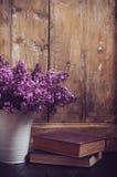 Weinlese-Blumenstrauß von lila Blumen Stockfotografie