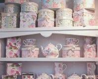 Weinlese-blumiger Teesatz und -kästen Lizenzfreie Stockbilder