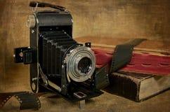 Weinlese brüllt Kamera mit Büchern Lizenzfreies Stockbild