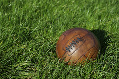 Weinlese-Brown-Fußball-Fußball-Grün-Rasenfläche Stockfotos