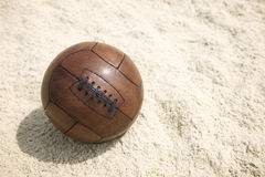 Weinlese-Brown-Fußball-Fußball-Sand-Strand-Hintergrund Stockfotos