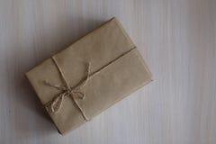 Weinlese-Brown-Geschenkbox auf hölzernem Hintergrund - filtern Sie die Verarbeitung Lizenzfreies Stockfoto