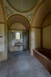 Weinlese Brown und gelbes mit Ziegeln gedecktes Badezimmer mit Befestigungen - verlassene Villa Lizenzfreie Stockfotos