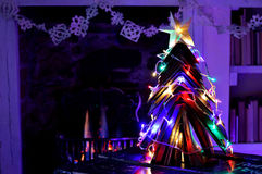 Weinlese bucht Weihnachtsbaum und angenehmes offenes Feuer Stockfotos