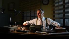 Weinlese businesssman, welches das Amt nachts niederlegt stock video