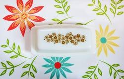 Weinlese-Butterteller auf buntem Behälter stockfotos
