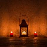 Weinlese candlelit in der Metalllaterne stockbilder