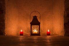 Weinlese candlelit in der Metalllaterne lizenzfreies stockfoto