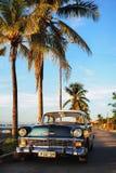 Weinlese Chevrolet im Sonnenuntergang-Licht, bei Punta Gorda/bei Cienfuegos stockbilder