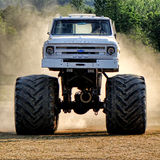Weinlese-Chevrolet-Monstertruck, der im Staub läuft Stockfotos