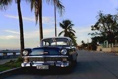 Weinlese Chevy mit Palmen in Cienfuegos, Kuba lizenzfreie stockbilder