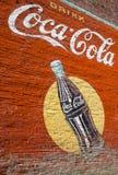 Weinlese-Coca Colawand Anstrich Stockbilder