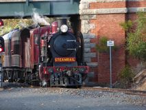 Weinlese-Dampf-Lokomotive, die bei Bendigo ankommt lizenzfreies stockfoto