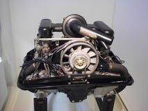 Weinlese-Deutscher trägt Automotor zur Schau Lizenzfreies Stockfoto