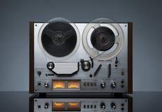 Weinlese, die den analogen Recorder Zweispulen bearbeitet stockfotos