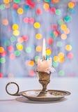 Weinlese, die Kerze auf bokeh Hintergrund mit Handschuhen bekleidet stockfoto