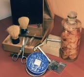 Weinlese, die Zubehör, Parfüme und Gesichtspuder rasiert Nahaufnahme Add bearbeiten Effekt nach Stockbilder