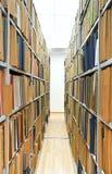 Weinlese dokumentiert Faltblatt auf den Regalen Lizenzfreie Stockfotografie