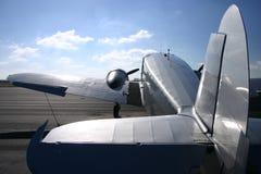 Weinlese-Doppelmotor-Flugzeug Stockfotos