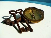 Weinlese drei, verrostete Eisenschlüssel und Weinlesemessingmarinekompaß lizenzfreies stockfoto