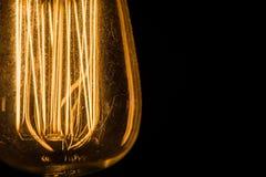 Weinlese Edison Light Bulbs, der gegen einen schwarzen Hintergrund hängt Lizenzfreie Stockfotos