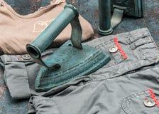 Weinlese-Eisen mit Kleidung lizenzfreie stockbilder