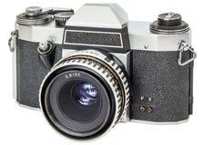 Weinlese-Entsprechung 35-Millimeter-einzelne Linsen-Spiegelreflexkamera lokalisiert auf weißem Hintergrund Lizenzfreies Stockfoto