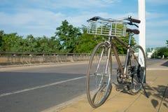 Weinlese-Fahrrad auf der Straßen-Pflasterung Stockbild
