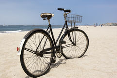 Weinlese-Fahrrad auf Strand Stockbilder