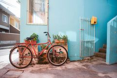 Weinlese-Fahrrad gegen hellblaue Wand in Brasilien stockfotografie
