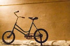 Weinlese-Fahrrad vor einer gelben Wand lizenzfreies stockbild