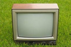 Weinlese Fernsehapparat auf Gras Lizenzfreies Stockfoto