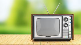 Weinlese Fernsehkasten auf Holztisch auf Hintergrund der Natur Lizenzfreie Stockbilder