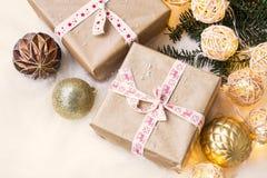 Weinlese-festliche Weihnachtsgeschenke mit Dekorationslichtern Stockfotografie