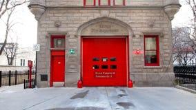 Weinlese Firehouse in den Stadt-hellen roten Türen u. der Backsteinmauer Stockfotos