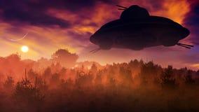 Weinlese-fliegende Untertasse über Sonnenuntergang-Wald Stockfotografie