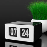 Weinlese Flip Clock mit Gras im weißen Keramik-Pflanzer 3d zerreißen Lizenzfreie Stockfotos
